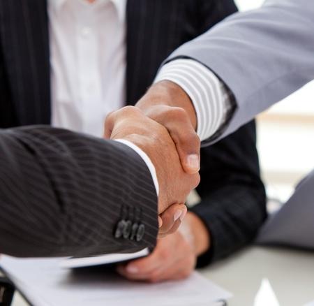synergy: Cerca de cerrar un trato de empresarios Foto de archivo