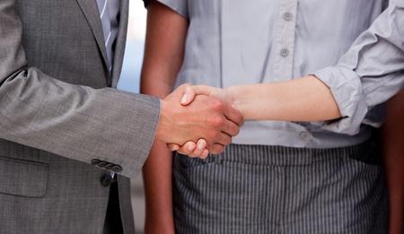 vers  ¶hnung: Nahaufnahme von einer glücklichen Businessteam schließen einen Vertrag Lizenzfreie Bilder