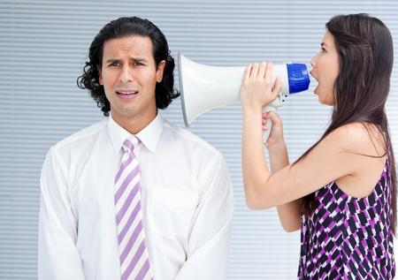 berisping: Angry zakenvrouw schreeuwen door een megafoon Stockfoto
