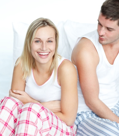 faire l amour: Sourire femme s'amuser avec un homme au lit Banque d'images