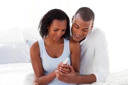 Gelukkige paar resultaten van een zwangerschapstest uitzoeken