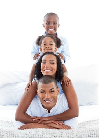 familia animada: Familia animada divirti�ndose acostado en la cama