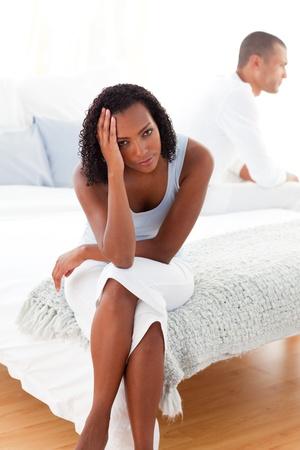novios enojados: Molesta pareja sentada en la cama