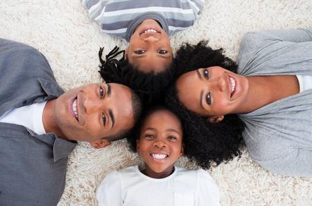 Afroamerikanische Familie Stock mit K�pfe zusammen