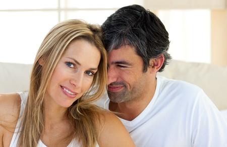 couple au lit: Portrait d'amateurs amoureux