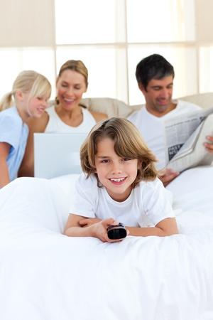 mujer viendo tv: Chico entusiasta celebraci�n de un mando a distancia  Foto de archivo