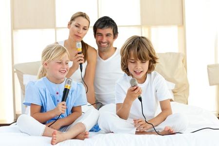 familia animada: Familia animada cantando juntos Foto de archivo