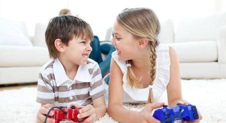 niños jugando videojuegos: Primer plano de niños jugando juegos de video