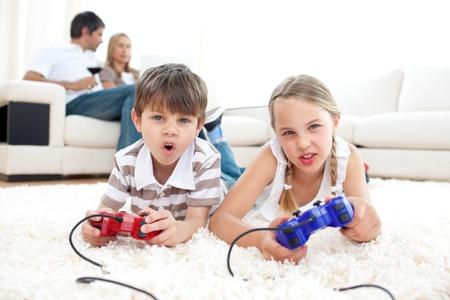 ni�os jugando videojuegos: Animado ni�os jugando videojuegos Foto de archivo