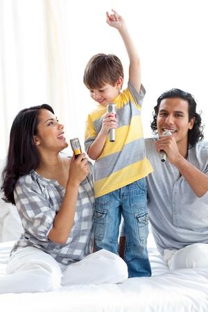 ni�o cantando: Adorable ni�o cantando con sus padres
