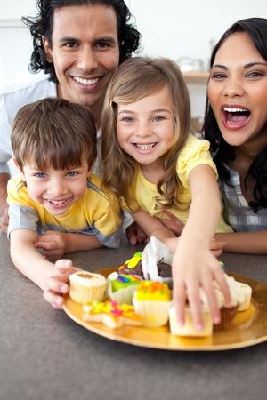 apoyo familiar: Familia animada comiendo galletas