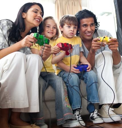 ni�os jugando videojuegos: Familia animado juego de video