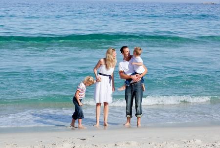 familia animada: Animación de la familia caminando en la arena