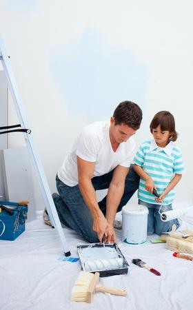 ni�os pintando: Padre vivaz y su hijo pintura en su nueva casa