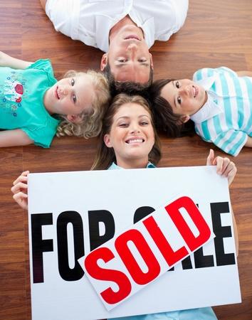 vendiendo: Familia feliz celebraci�n de comprar su casa nueva Foto de archivo