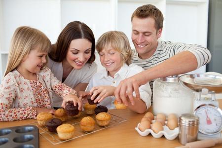 familia comiendo: Familia amorosa comiendo sus magdalenas