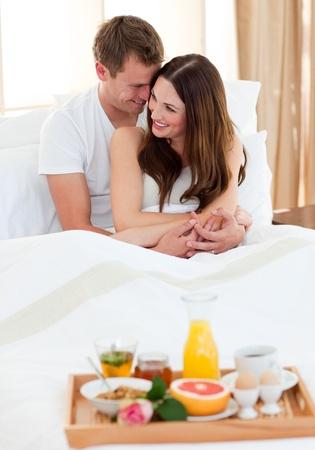desayuno romantico: Pareja �ntima de desayunar en la cama Foto de archivo