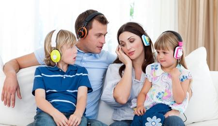listening to music: Familia escucha m�sica con auriculares