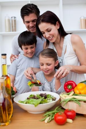 cuisine: Famille heureuse de cuisson ensemble