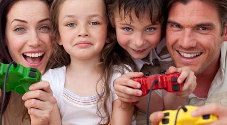 niños jugando videojuegos: Familia emocionado jugar juegos de vídeo