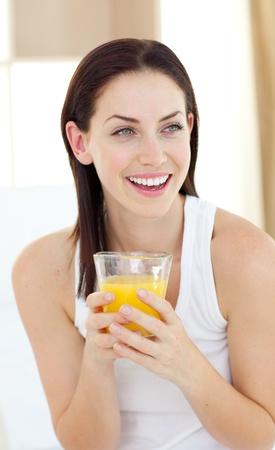 jus orange glazen: Lachende vrouw het drinken jus d'orange Stockfoto