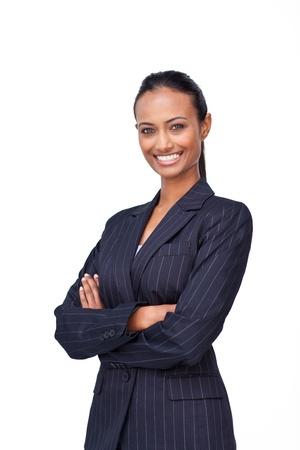 Glimlachend zakenvrouw met de armen over elkaar