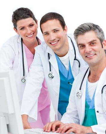 Positieve medisch team werken met een computer