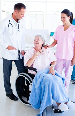 Smiling medisch team de verzorging van een senior vrouw