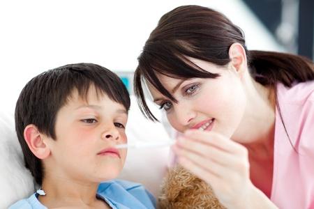 fieber: Aufmerksame Krankenschwester und seinem Patienten Blick auf ein Thermometer