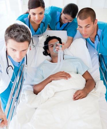 urgencias medicas: Equipo médico, llevar a cabo a una paciente a la unidad de cuidados intensivos