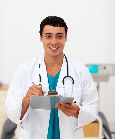 male doctor: Giovane medico di sesso maschile in possesso di un clip di bordo
