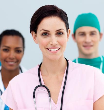 infermieri: Dottore femmina in piedi davanti al suo team