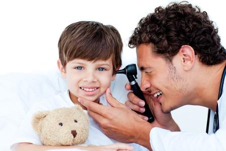 Smiling Arzt untersucht Patienten Ohren