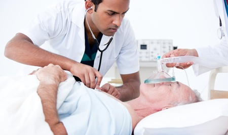 hartaanval: Ernstige arts reanimatie van een patiënt Stockfoto