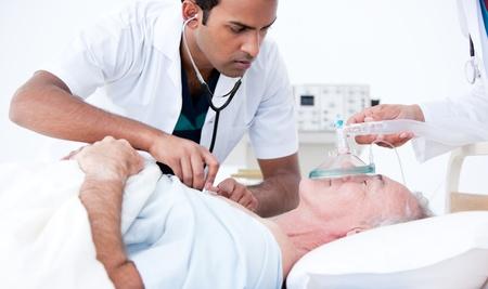 attacco cardiaco: Medico serio resuscitating un paziente