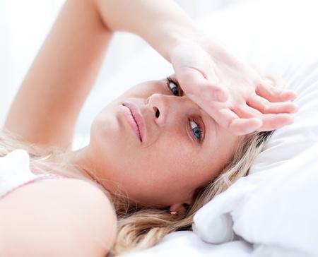 woman bed: Mujer enferma acostado en una cama
