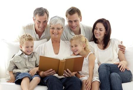 Abuela leyendo un libro a su familia Foto de archivo - 10258578