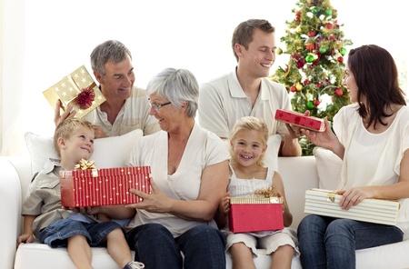 fiesta familiar: Familia abrir los regalos de Navidad en casa
