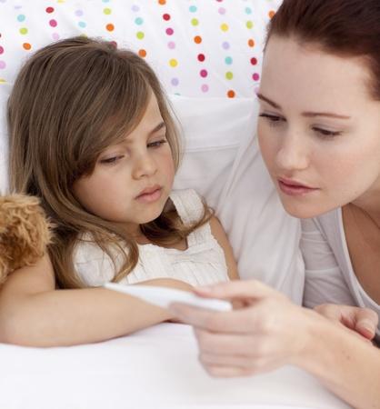 krankes kind: Portr�t von Mutter ihre Tochter Temperatur unter