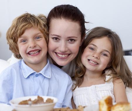 Ritratto di bambini facendo colazione con la loro madre