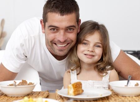 padre e hija: Retrato de padre e hija desayunando