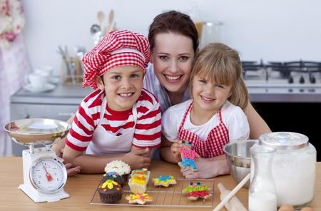 ni�os cocinando: Mujer y ni�os horneado en la cocina