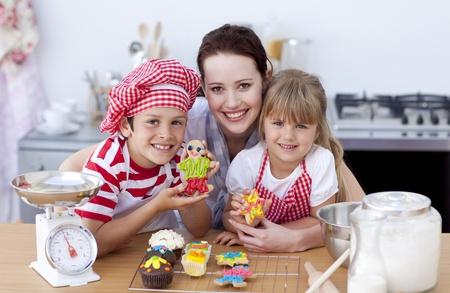 Moeder en kinderen bakken in de keuken Stockfoto