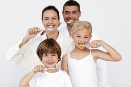zuby: Rodina čištění zubů v koupelně