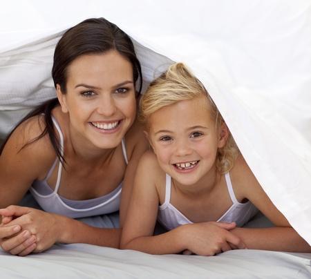 Mutter und Tochter unter der Bettw�sche Stockfoto