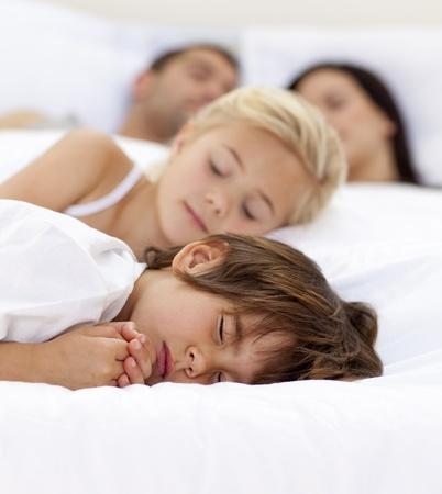 Familie im Elternbett schlafen Stockfoto