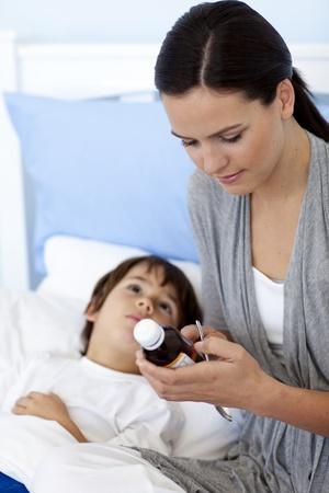 syrup: Madre dando a su hijo jarabe