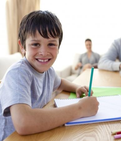 hausaufgaben: Junge Malerei mit bunten Farben zu Hause