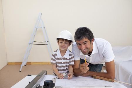 refurbishing: Padre e figlio, rimessa a nuovo una camera da letto Archivio Fotografico