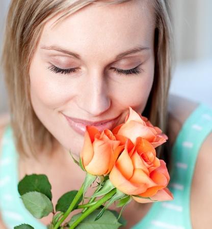 olfato: Sonriendo rosas olor de mujer  Foto de archivo
